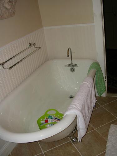 """alt=""""New bathtub installation by South Jersey contractors"""""""